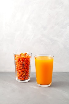 Mrożone jagody rokitnika i naturalna żywność ekologiczna z sokiem z rokitnika w celu wsparcia układu odpornościowego