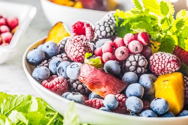Mrożone owoce jagody jeżyna malina czerwona porzeczka brzoskwinia i zioła melisa.