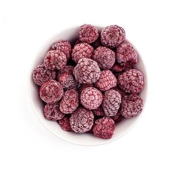 Mrożone owoce maliny w misce. na białym tle widok z góry