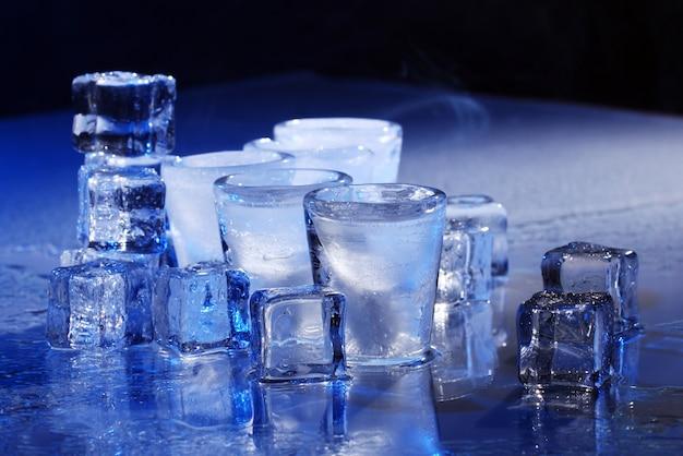 Mrożone szklanki z zimnym napojem alochol