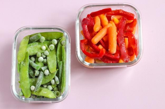 Mrożone warzywa, takie jak zielony groszek strąki grochu zielona fasola czerwona słodka papryka i młoda marchewka