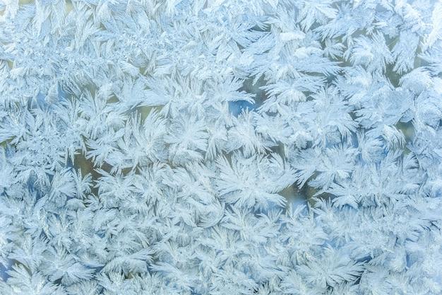 Mrożone zimowe okno z błyszczącą teksturą lodu
