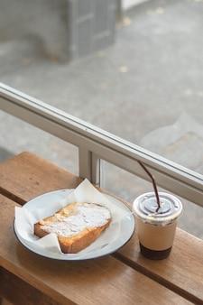 Mrożony americano i chleb rano