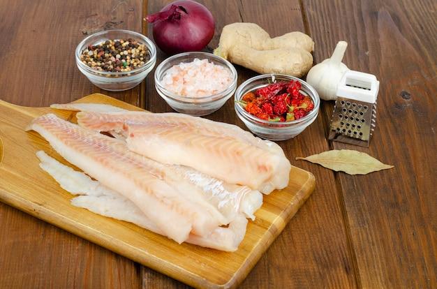 Mrożony filet z mintaja. gotowanie dań rybnych. studio photo