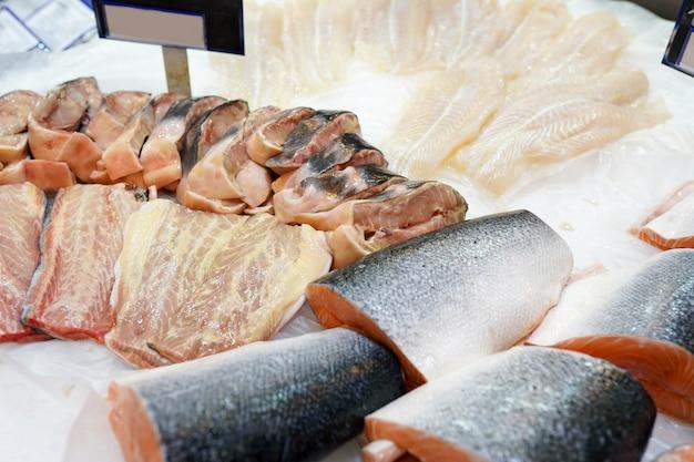 Mrożony łosoś rybny w lodzie w supermarkecie, świeża żywność