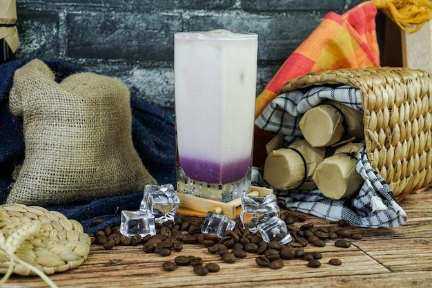Mrożony milkshake taro to połączenie proszku taro, mleka, parzonej herbaty, lodu i śmietanki. smak jest słodki, gładki, kremowy, więc jest idealnym napojem na obszarach tropikalnych