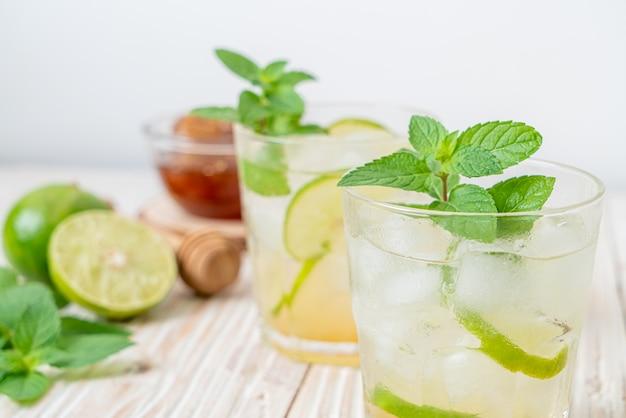 Mrożony miód i soda limonkowa z miętą - orzeźwiający napój