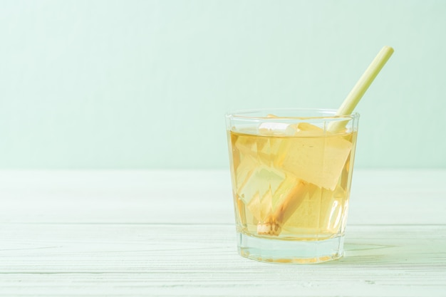Mrożony sok z trawy cytrynowej na tle drewna
