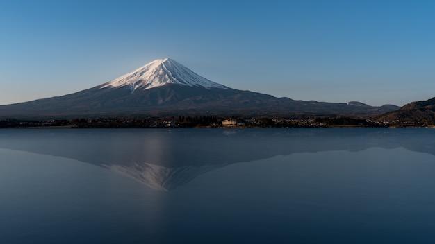Mt fuji odbicie na wodzie, krajobraz przy jeziornym kawaguchi