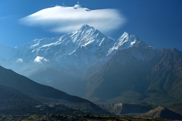 Mt. nilgiri, widok z jomsom, nepal.