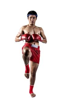 Muay thai, azjatycki mężczyzna ćwiczący tajski boks na białym tle