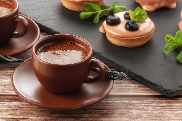 Muffin owocowy z jagodami i filiżanką kawy