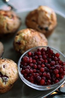 Muffin z borówkami na talerzu na stole