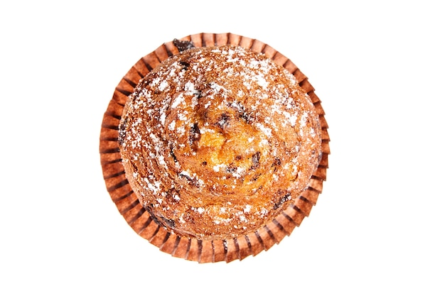 Muffin z kawałkami czekolady i cukru pudru na białym tle