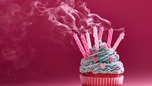 Muffin ze śmietaną i zgaszoną świecą. koncepcja końca uroczystości.