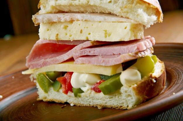 Muffuletta - rodzaj okrągłego sycylijskiego chleba sezamowego i popularnej kanapki, nowy orlean, luizjana