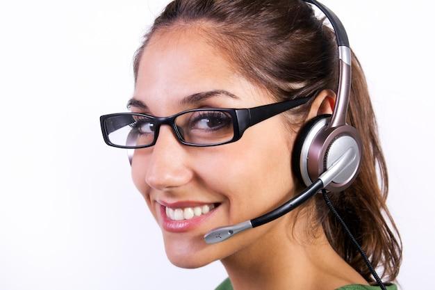 Mujer con auriculares en un centro de llamadas