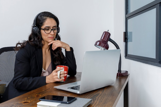 Mujer latina discutiendo pl wideokonferencja trabajando pl casa
