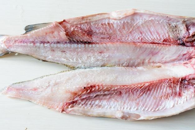 Muksun (coregonus muksun). miąższ muksun jest przysmakiem, jest biały i delikatny z bardzo małą ilością kości i jest jednym z gatunków używanych w arktycznej syberyjskiej potrawie stroganina. biała ryba.