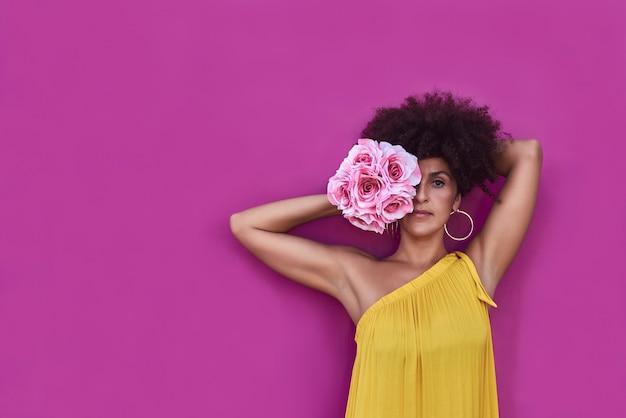 Mulatka z włosami afro nosi żółtą sukienkę