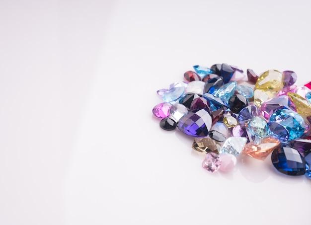 Multi kolor kamień lub klejnoty na stole czarny połysk