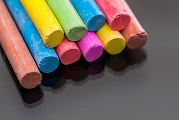 Multi kolorowa kreda na białym tle na czarnym tle.