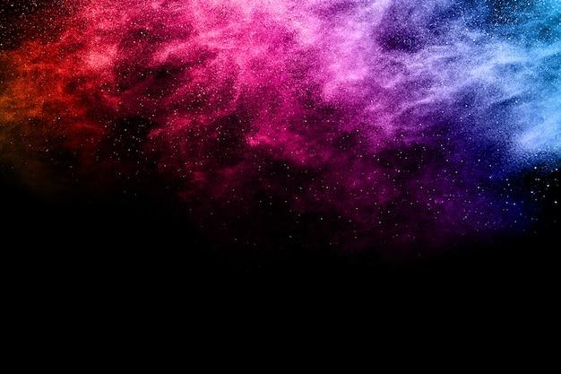 Multicolor proszek wybuch na czarnym tle.
