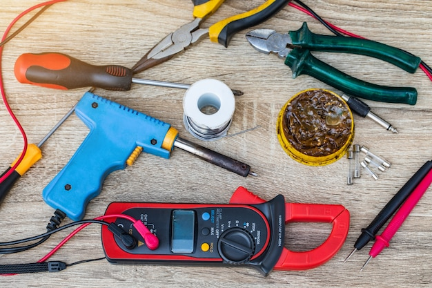 Multimetr cyfrowy do naprawy urządzeń elektrycznych.