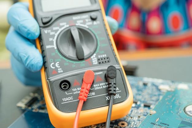 Multimetr elektroniczny cyfrowy do pomiaru napięcia elektrycznego.