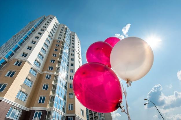 Multistorey mieszkaniowy dom na niebieskiego nieba tle