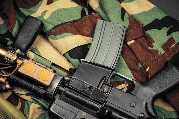 Mundur wojskowy z karabinem z bliska