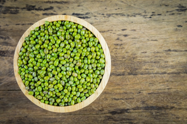 Mung fasola, zielony moong dal w drewnianym pucharze. skopiuj miejsce. drewniane tła.