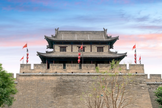 Mur miejski xi'an jest najbardziej kompletnym starożytnym murem miejskim w chinach.