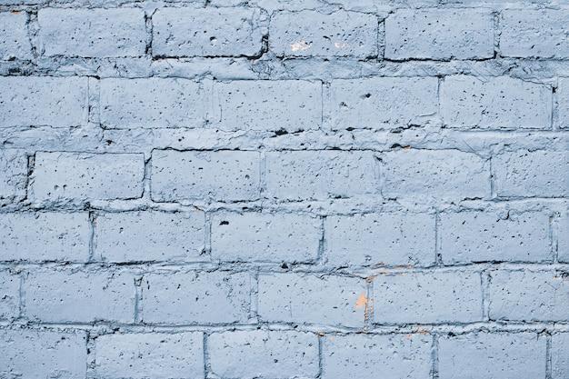 Mur z cegły niebieski wytarty.