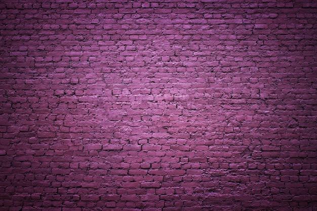 Mur z cegły, powierzchnia bloczków, fioletowe tło
