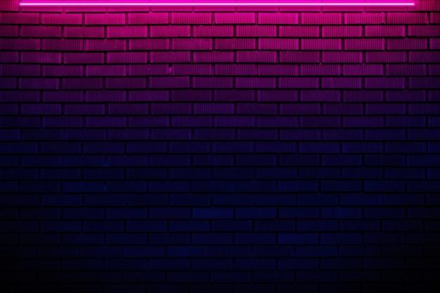 Mur z cegły w świetle neonowym.