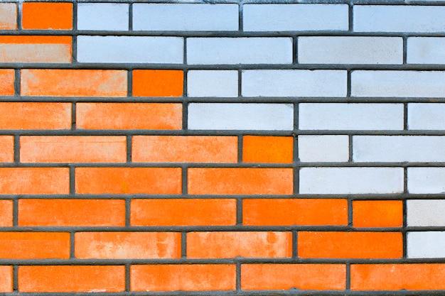 Mur z cegły z białymi i czerwonymi detalami