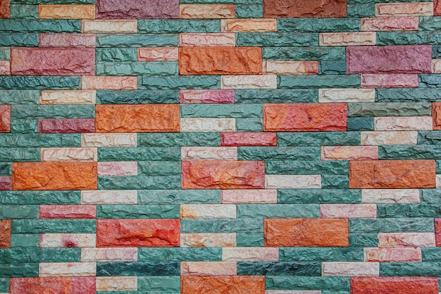 Mur z cegły z tłem ogrodzenia.