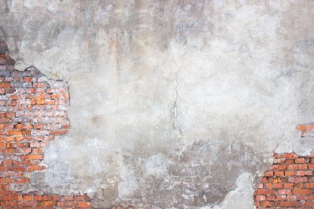 Mur z cegły z uszkodzonym tynkiem