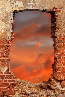 Mur z cegły z wybiegiem o zachodzie słońca. zdjęcie wysokiej jakości