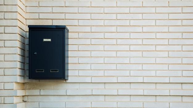 Mur z cegły ze skrzynką pocztową