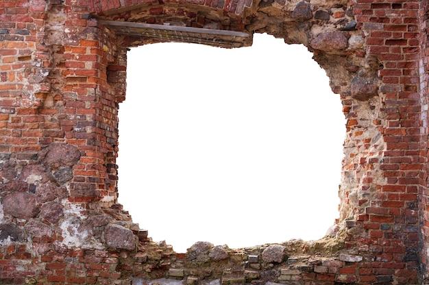 Mur z czerwonej cegły z dziurą pośrodku. na białym tle. rama grunge. rama pozioma. zdjęcie wysokiej jakości