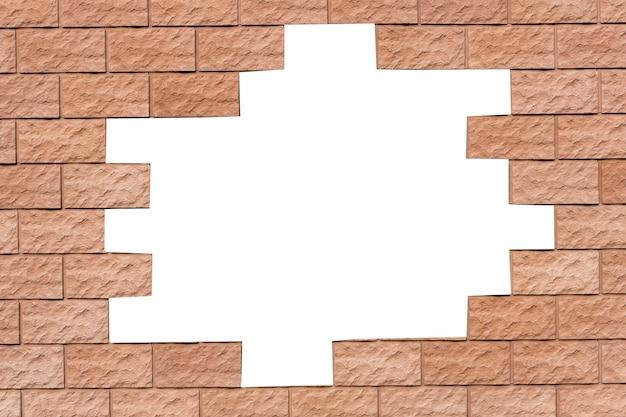 Mur z czerwonej cegły z dziurą pośrodku. na białym tle. zdjęcie wysokiej jakości