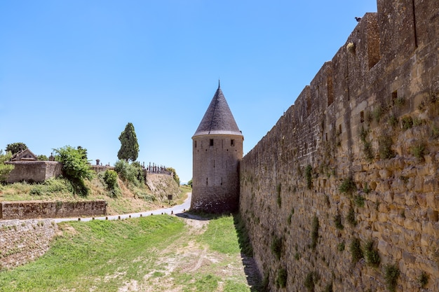 Mur zamku miejskiego carcassonne i średniowieczny cmentarz poza murami miasta