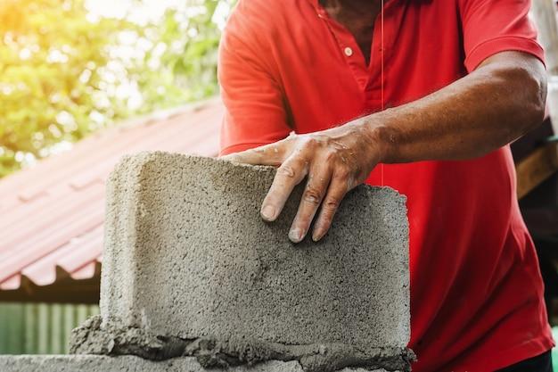 Murarz człowiek pracujący budować na budowę w domu