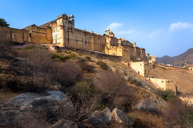 Mury fortu amer. bursztynowy fort i bursztynowy pałac. miasto w pobliżu jaipur w stanie radżastan w indiach. światowego dziedzictwa unesco jako część grupy hill forts of radżastan.