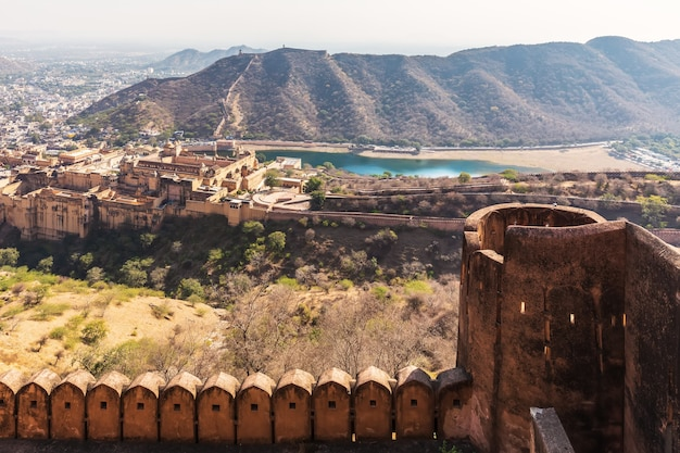 Mury fortu jaigarh i widok z niego, jaipur, indie.