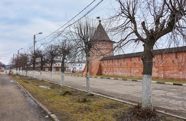 Mury i staw w klasztorze michajło archangielsk, dziedziniec klasztoru