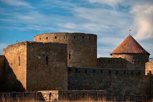 Mury i wieże starożytnej fortecy w belgorod-dnestrovsky, akkerman