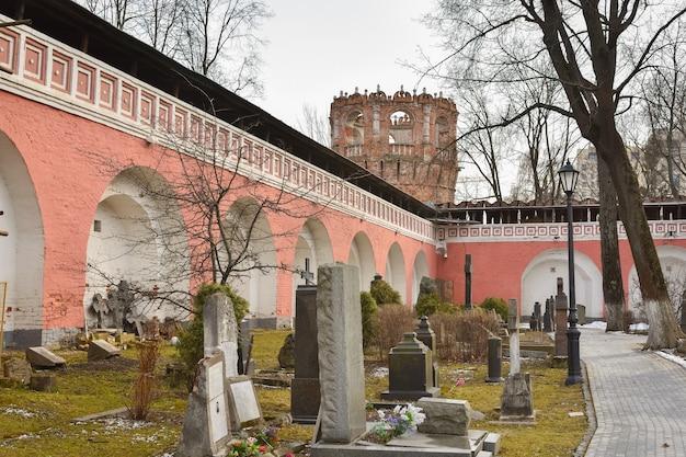 Mury i wieże strażnicze klasztoru donskoy w moskwie